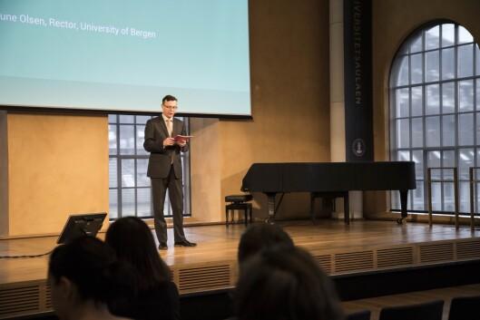 IKKE I BOKS: - Tanken er at vi vil slå sammen På Høyden og Khrono. Dette er ikke avklart enda, og vi må først orientere Universitetsstyret om våre tanker så langt, sier UiB-rektor Dag Rune Olsen. Her under en UiB-konferanse rett før påske.