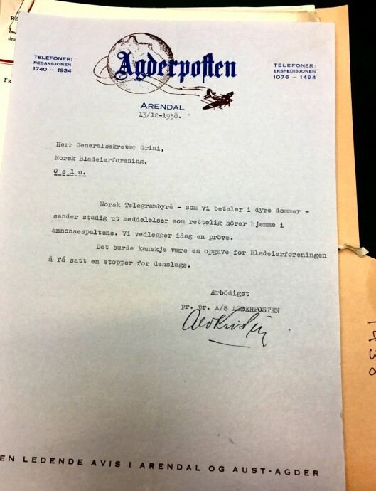 Agderpostens brev til Norsk Bladeierforening i 1938 om at NTB-stoffet de mottar hører hjemme i annonsespaltene (arkivreferanse: Tekstreklameutvalget/Riksarkivet).