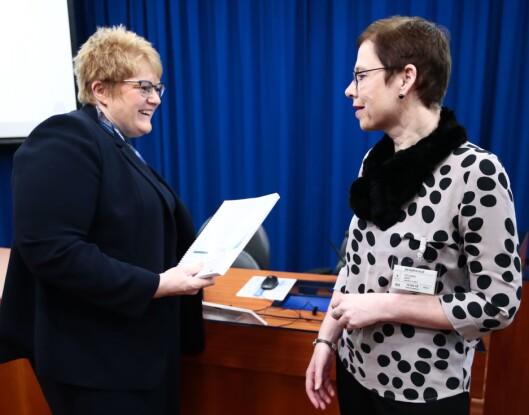 Kulturminister Trine Skei Grande (t.v.) fikk tirsdag rapport om NRKs betydning for mediemangfolde, fra Medietilsynets direktør Mari Velsand.