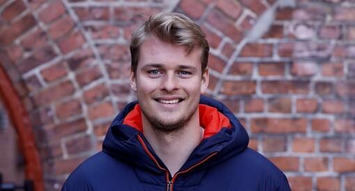 Som 16-åring startet Simon karrieren i Sandefjords Blad. Nå går han fra Senkveld til Sporten: Blir programleder og reporter i TV 2