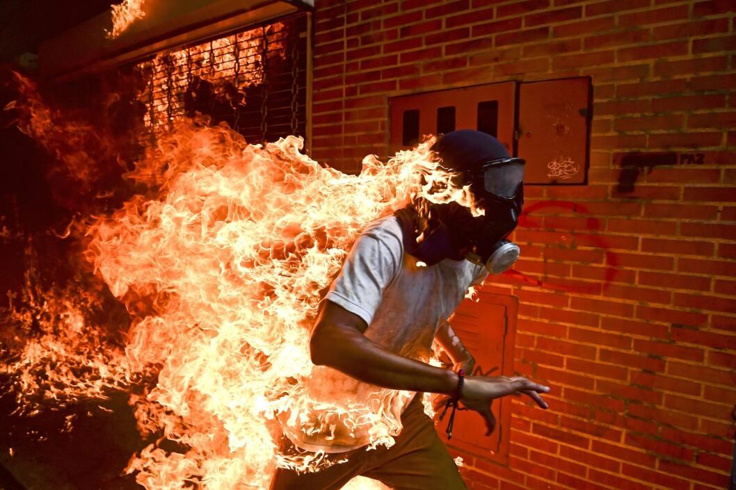 Bildet av den brennende mannen vant prisen for «Årets foto» og førsteplassen i kategorien for enkeltbilder, nyhet.