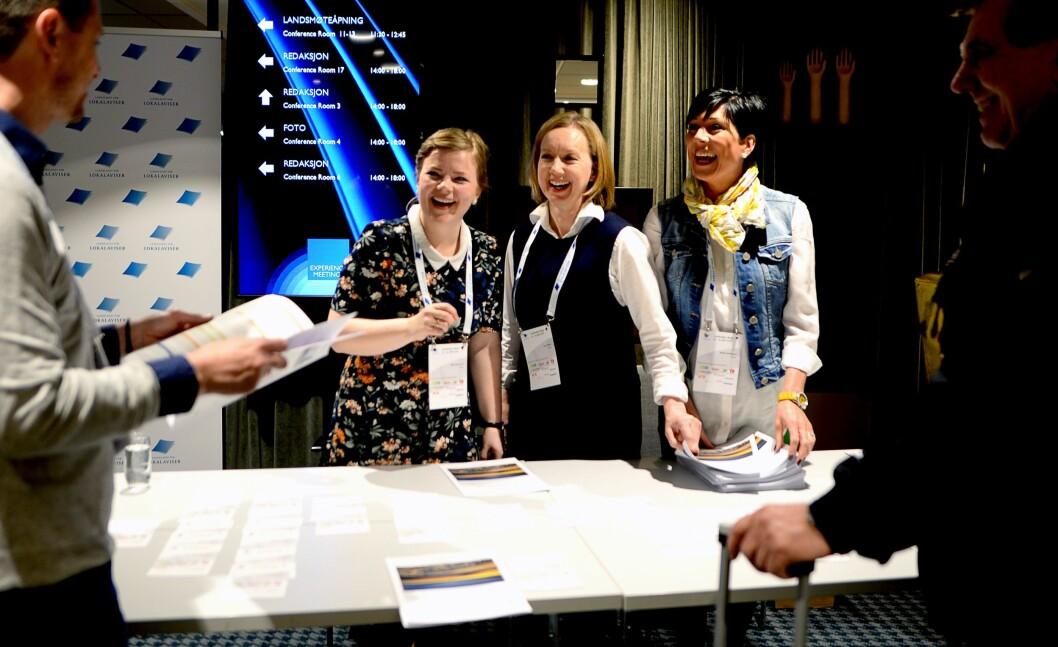 ØNSKER VELKOMMEN: Silje Jostein Lien (Dølen), Guro Vollen (Dølen) og Maylin Kristiansen (Grenda) i registreringen fredag morgen.