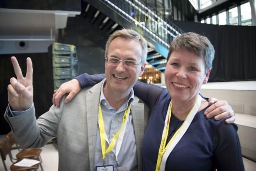 Administrerende direktør Per Brikt Olsen og nestleder Berit Nyman i Fagpressen reagerer med full jubel etter at kulturministeren kom med momsnyheter under Nordiske mediedager.