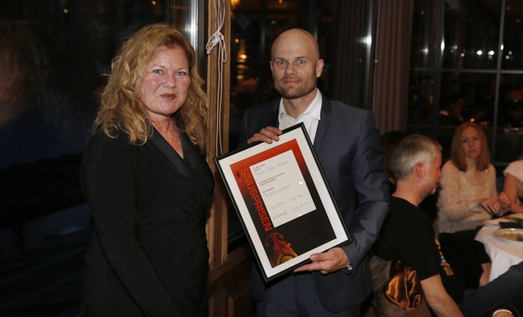 Jurymedlem Siri Baastad delte ut hovedprisen til Thomas Frigård.