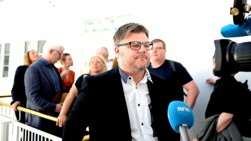 NRKJ-leder Richard Aune på vei inn til meklingen mandag morgen.