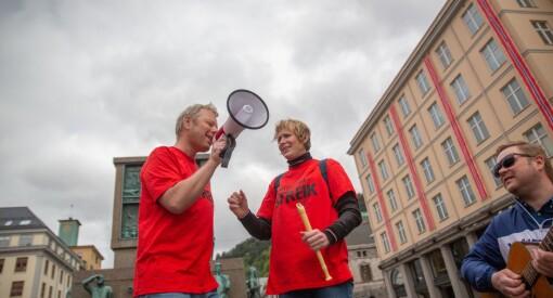 NRK-journalistene i Bergen holder motet oppe med ny streikesang: «Kor e journalister hen? Kom på igjen. For en panda er på TV»