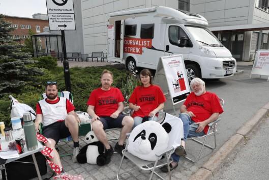Fra venstre: Pål Solheimsnes, Oddvin Aune , Astrid Randen og Tomm Kristiansen er på plass som streikevakter siste fridag i pinsen.