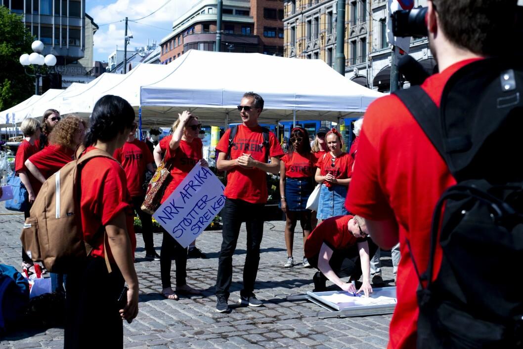 NRK-journalister og utenrikskorrespondentene har streikemarkering på Stortorvet i Oslo. Mens de streiker mister NRK brukere, og halvparten av de mellom 18 og 44 savner ikke NRKs tilbud.