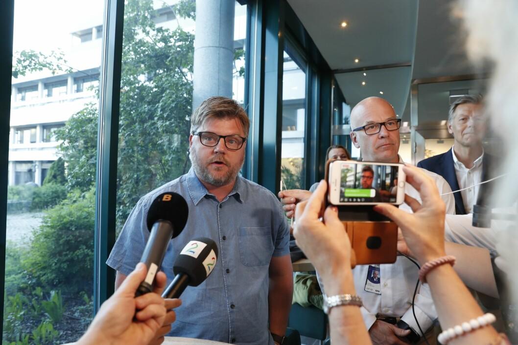 Kringkastingssjef Thor Gjermund Eriksen og NRK-journalistenes streikegeneral Rickard Aune møtte pressen onsdag kveld.
