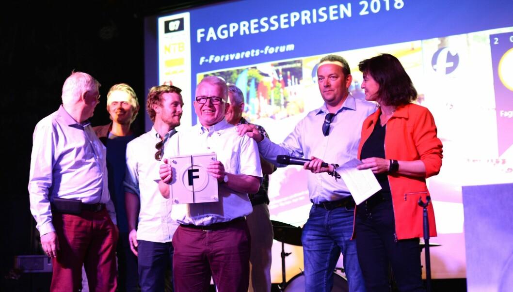 Forsvarets forum og redaktør Tor-Eigil Stordahl får kveldens hovedpris - til høyre juryleder Kjersti Løken Stavrum.