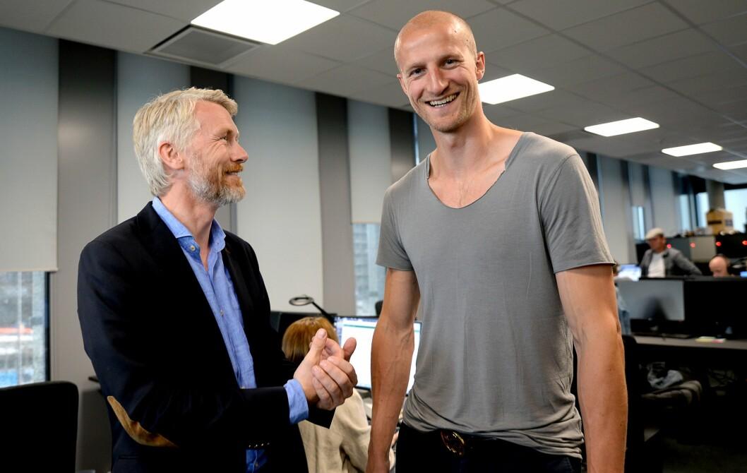 JUBEL: TV 2-sjef Olav Sandnes og fotballekspert Brede Hangeland gledet seg over fotballseieren fredag.