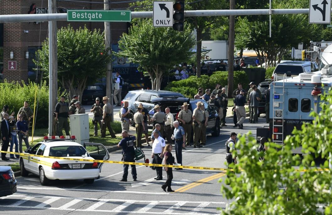 Politiet sikrer stedet rundt avisen Capital Gazette i Annapolis.