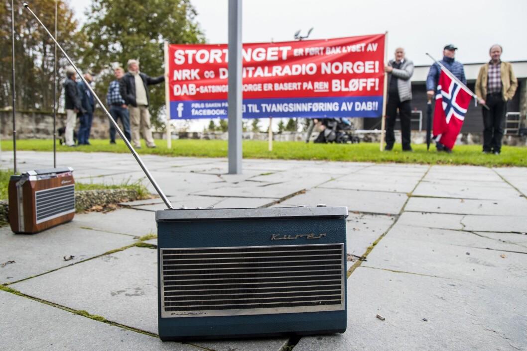 To gamle Kurér FM radioer er plassert på bakken av motstandere av tvangsinnføring av DAB nettet utenfor Tryvannstårnet i anledning overføring fra FM-nettet til DAB i Østfold, Vestfold, Oslo, Akershus for NRK. Foto: Heiko Junge / NTB scanpix