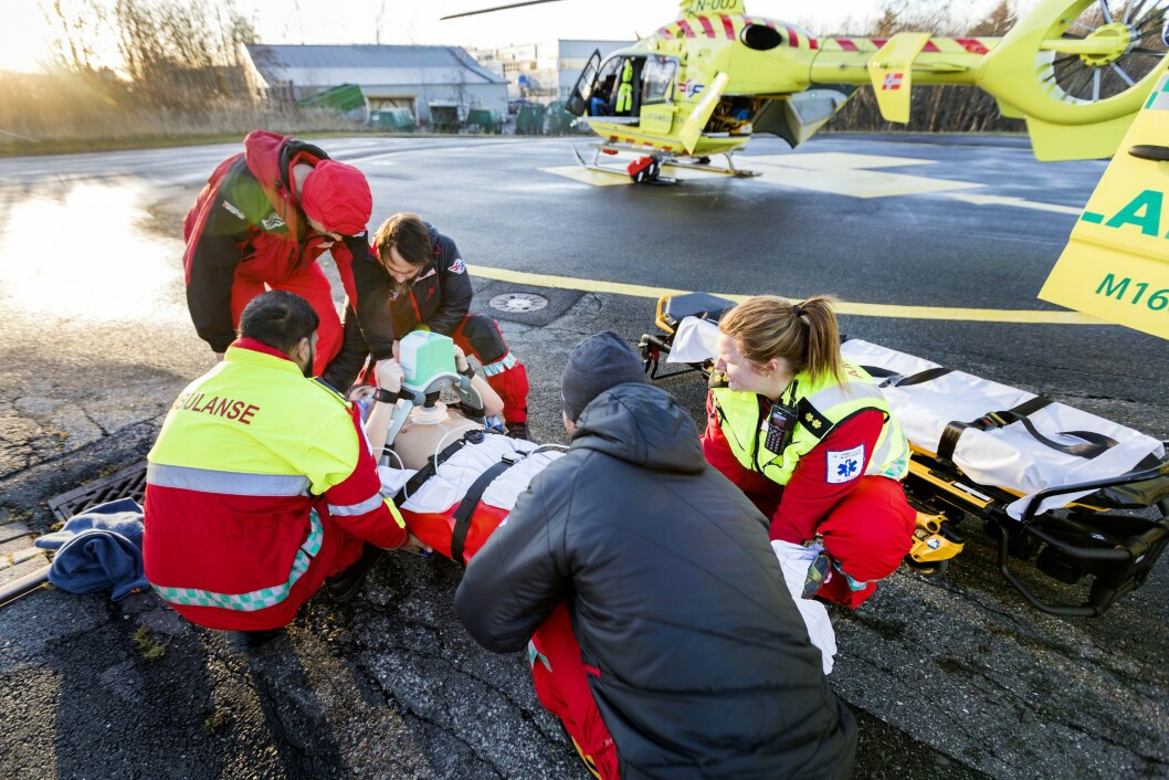 Illustrasjonsfoto:  Luftambulansens helikopter, der de laster inn pasient på båre under en øvelse i Trondheim i 2017. Foto: Gorm Kallestad / NTB scanpix