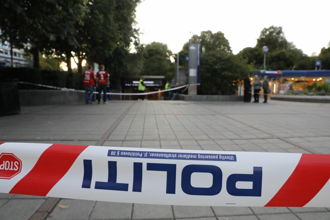 Nationaltheatret stasjon er stengt etter at en Brann-supporter ble påkjørt av et T-banetog og kritisk skadd søndag ettermiddag. Foto: Ole Berg-Rusten / NTB scanpix