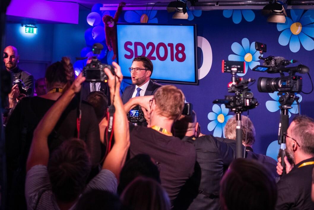 Pressefotografene i flokk rundt Sverigedemokraternas leder Jimmie Åkesson søndag kveld.