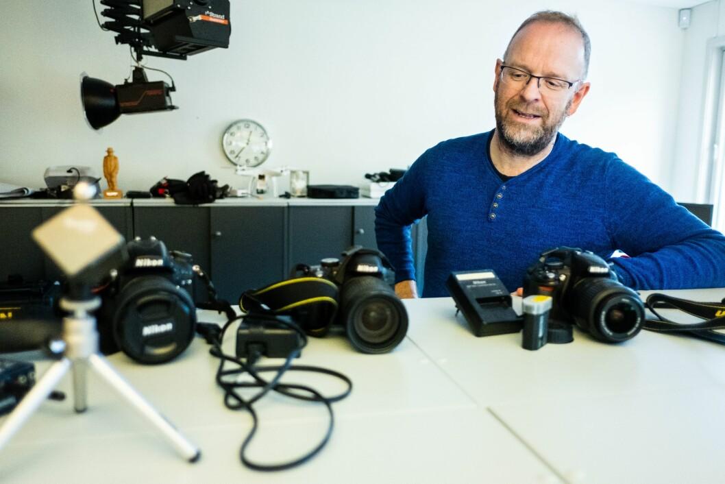 Teknisk ansvarlig: Øyvind Bratt, her fotografert med kameraene han holder styr på til utlån for frilanserne i avisa.