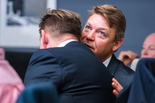 Kenneth Andresen i MTG snakker i øret tilsjefen i Bauer Media, Lasse Kokvik