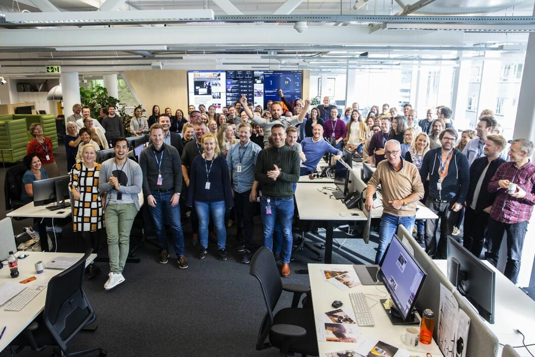 Gruppebilde med mange ansatte i Bergens Tidende. nå har de passert 80 000 abonnenter.