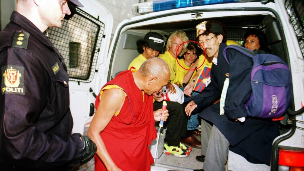 Arkivfoto fra den 27.06.96: Den tibetanske munken Palden Gyatso på norgesbesøk. I samme bil som han er på vei inn i, sitter Sigvald Sveinbjørnsson (15).