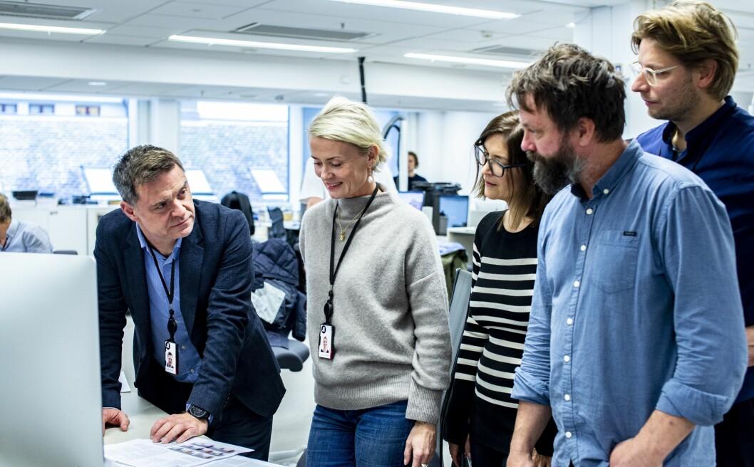 Sjefredaktør Espen Egil Hansen, her sammen med Anna Thurfjell, designer Constantin Eberle, kreativ leder i Aftenposten Kristin Kornberg, printsjef og ansvarlig for prosjektet Asbjørn Bakke, vaktsjef.