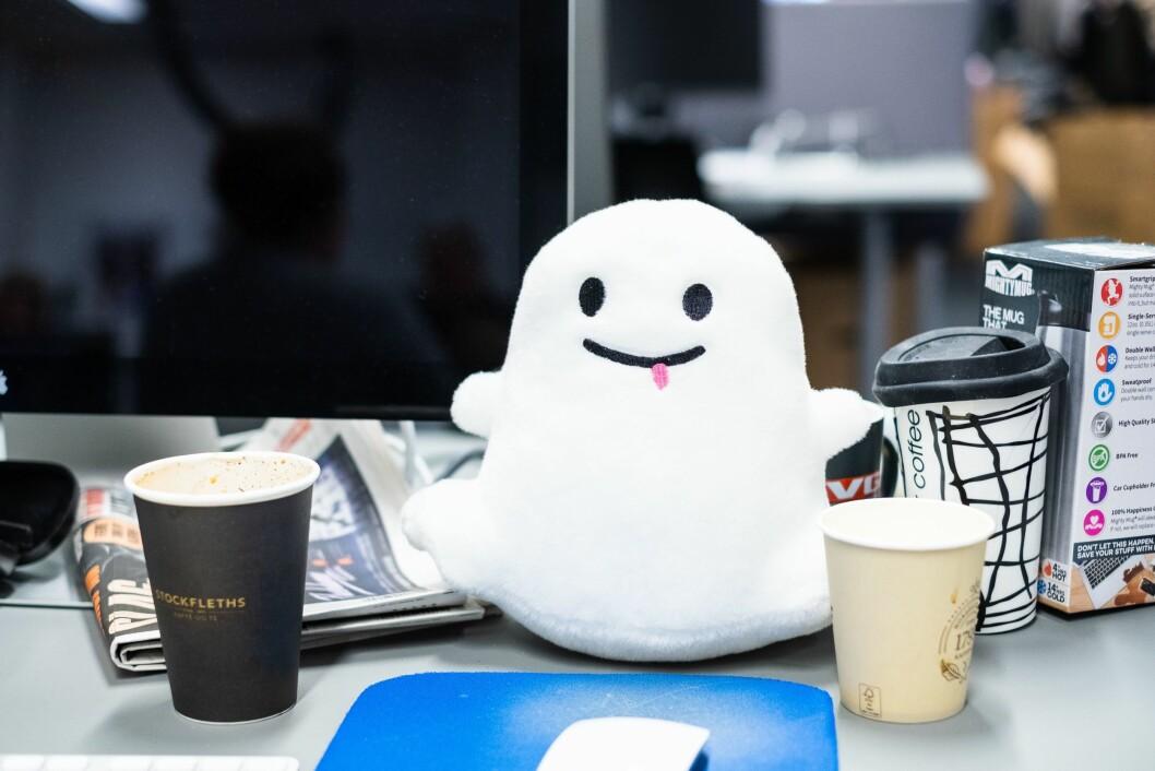 Spredt rundt i snap-redaksjonen står det små Snapchat-spøkelser på strategiske steder. Og brukte kaffekopper.