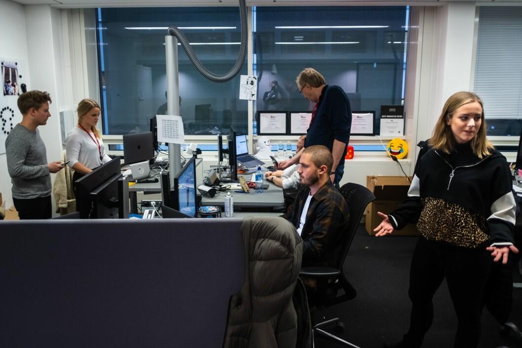 IN ACTION: VG Snapchat-redaksjon i sitt naturlige habitat. Fra venstre: Eirik Tufteland Kroken, Kristina Kinne, Jonathan Falck, Stian Bråthen, Bastian Lunde Hvitmyhr og Randi Midtskog.