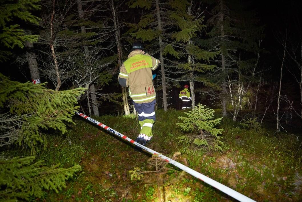 Mannskaper fra Meråker brannvesen på veg ned til flyvraket.