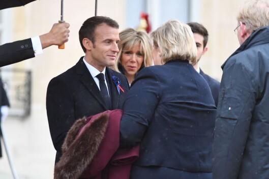 Statsminister Erna Solberg og hennes ektemann Sindre Finnes ankom søndag formiddag til Élyséepalasset i Paris, der de ble tatt imot av Frankrikes president Emmanuel Macron og hans kone Brigitte.