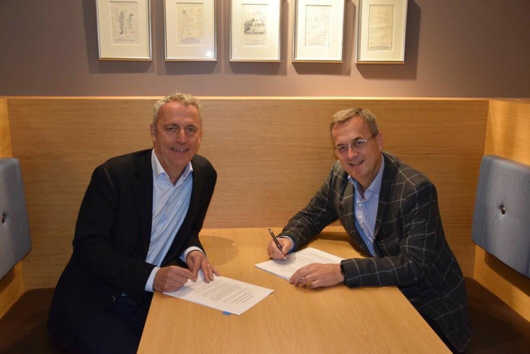 Are Stokstad i Amedia og Per Brikt Olsen i Fagpressen signerer avtale om at Fagpressen kan benytte aID som innloggingsverktøy.