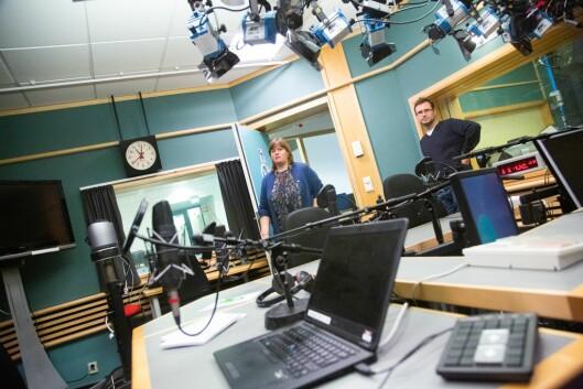 Eva Midttun Leira, redaksjonssjef NRK Nyhetsmorgen, og Erlend Rønneberg, prosjektleiar for visuell radio.Her i det gamle Dagsnytt 18-studioet.