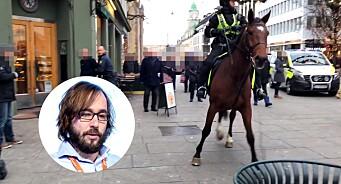 Her blir redaktør Klungtveit angrepet mens han filmer masseslagsmål etter demonstrasjon