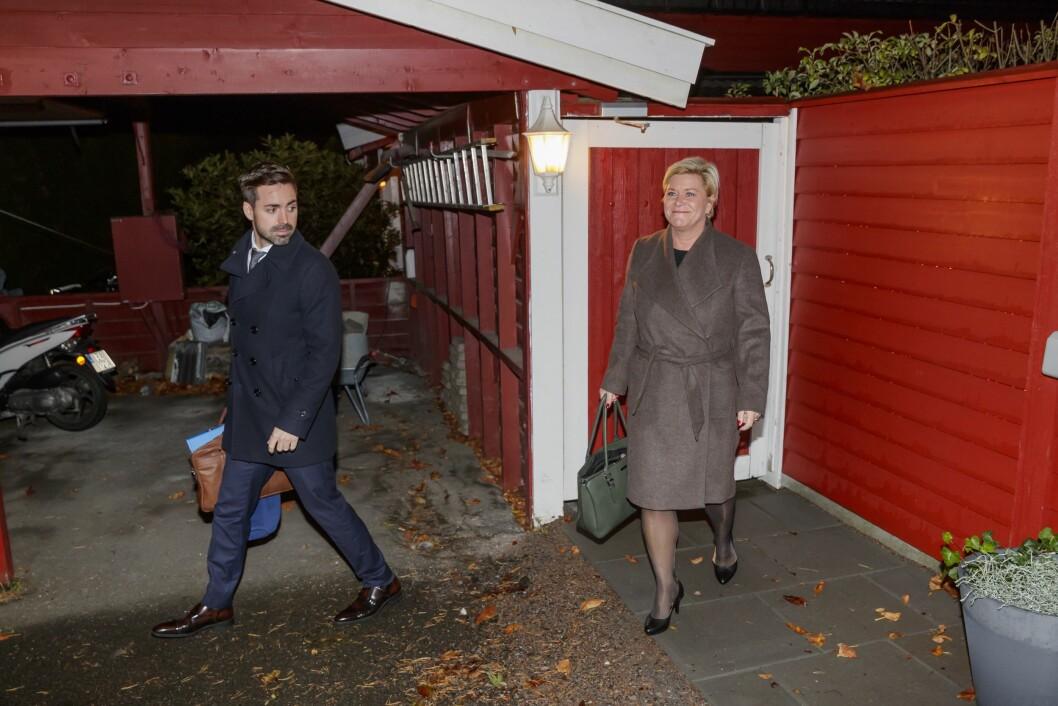 Finansminister Siv Jensen utenfor sin bolig i Oslo, på vei til jobb for legge frem neste års statsbudsjett.Til høyre går Statssekretær Petter Kvinge-TvedtFoto: Cornelius Poppe / NTB scanpix