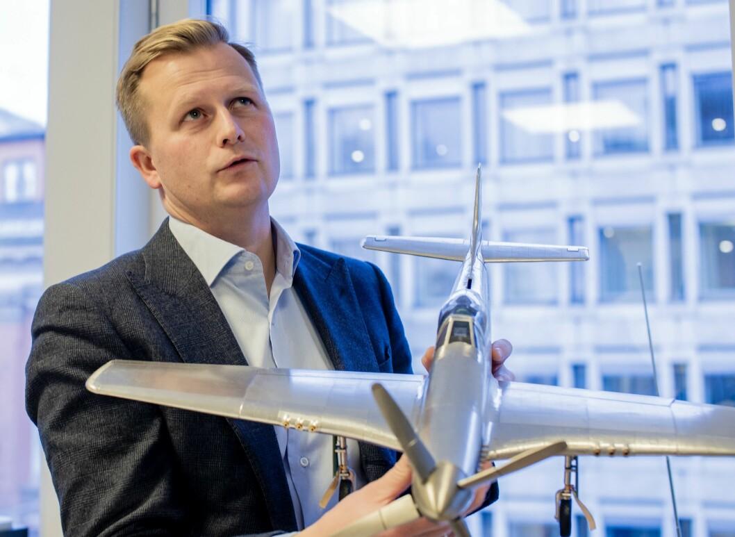 NENT-sjef Vegard Drogseth på eget kontor - hvor hoveddekorasjonen er en modell av et gammelt jagerfly.