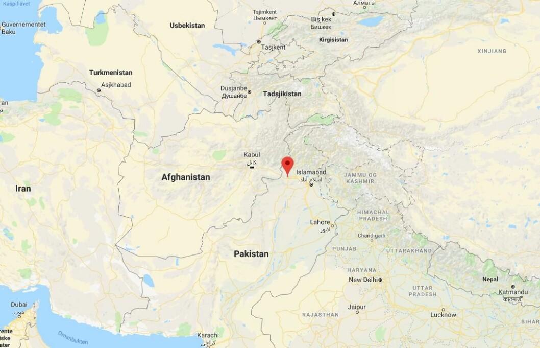 En journalist ble drept og en kameramann såret da væpnede menn skjøt mot bilen deres nordvest i Pakistan.  Angrepet skjedde i løpet av natten i byen Peshawar, opplyser politisjef Qazi Jamil-ur-Rehman tirsdag morgen.