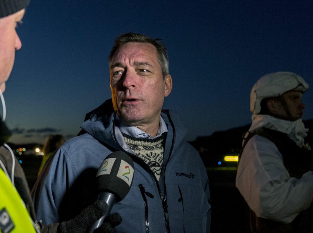 Forsvarsminister Frank Bakke-Jensen snakker med pressen på Værnes flystasjon. Foto: Ned Alley / NTB scanpix