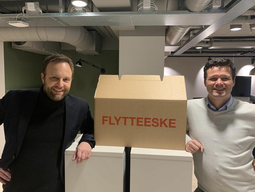 Daglig leder Sindre Beyer (t.v) og ny seniorrådgiver Lars Nermoen er i ferd med å pakke ut flyttelasset i TRY-huset nyoppussete lokaler i Øvre Slottsgate 8.