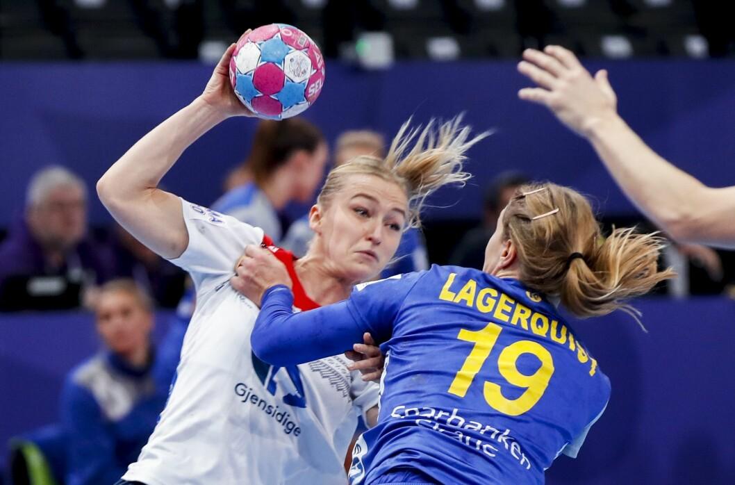 Håndball-EM: Stine Bredal Oftedal mot Anna Lagerquist  under  kampen mellom Sverige og Norge i årets sluttspill.Foto: Vidar Ruud / NTB scanpix