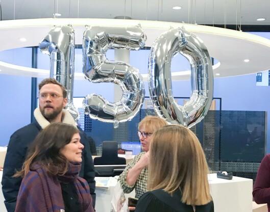 Første arbeidsdag etter nyttår feira Geir Ramnefjell, Sigrid Hvidsten, Hanne Haugsgjerd og Jeanette Andersen Dagbladet sin 150-årsdag. Dei sto i ein «minikaffibar» og serverte kaffi og gratulerte tilsette som kom på arbeid 2. januar.