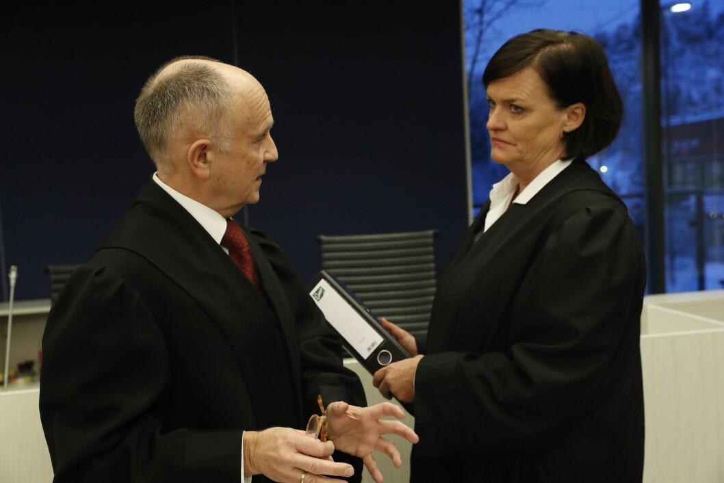 Statsadvokat Stein Vale og forsvarer er Mette Yvonne Larsen i samtale. Rettssak mot forretningsmannen Christer Tromsdal.
