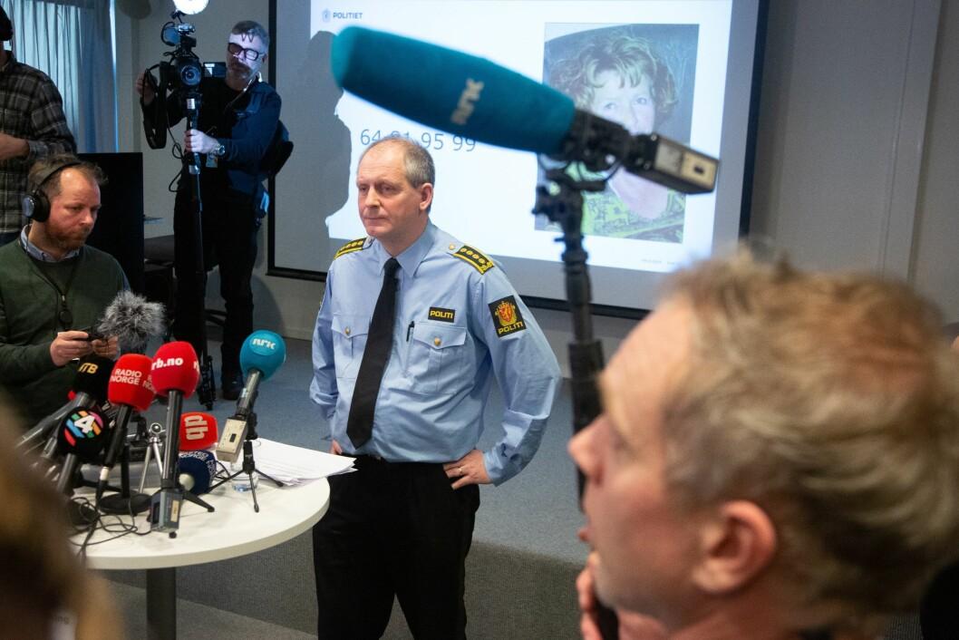 Politiinspektør Tommy Brøske haldt pressekonferanse framfor eit titals journalistar. Deretter følgte halvannan time med individuelle intervju. Til venstre er VG-journalist Tor-Erling Thømt Ruud.