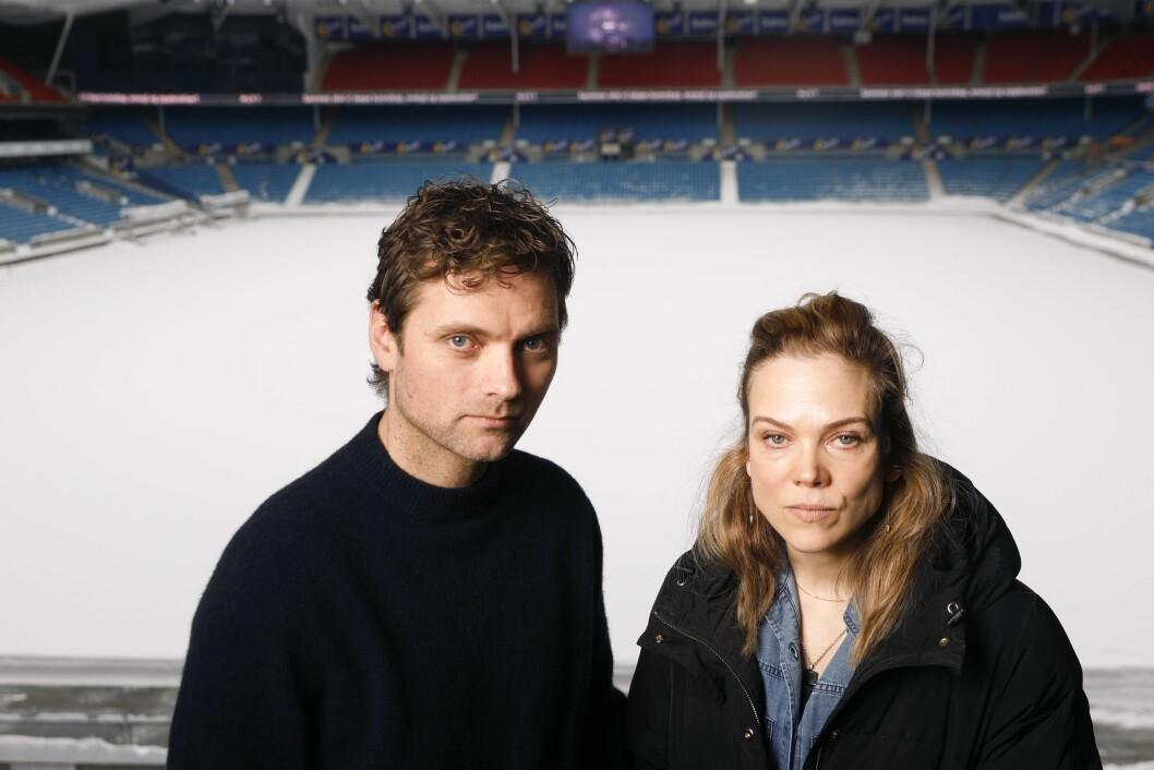 Morten Svartveit og Ane Dahl Torp har sentrale roller i Heimebane som snart har avspark for sesong to på NRK. Mandag deltok de på presstreff på Ullevaal stadion.Foto: Ole Berg-Rusten / NTB scanpix