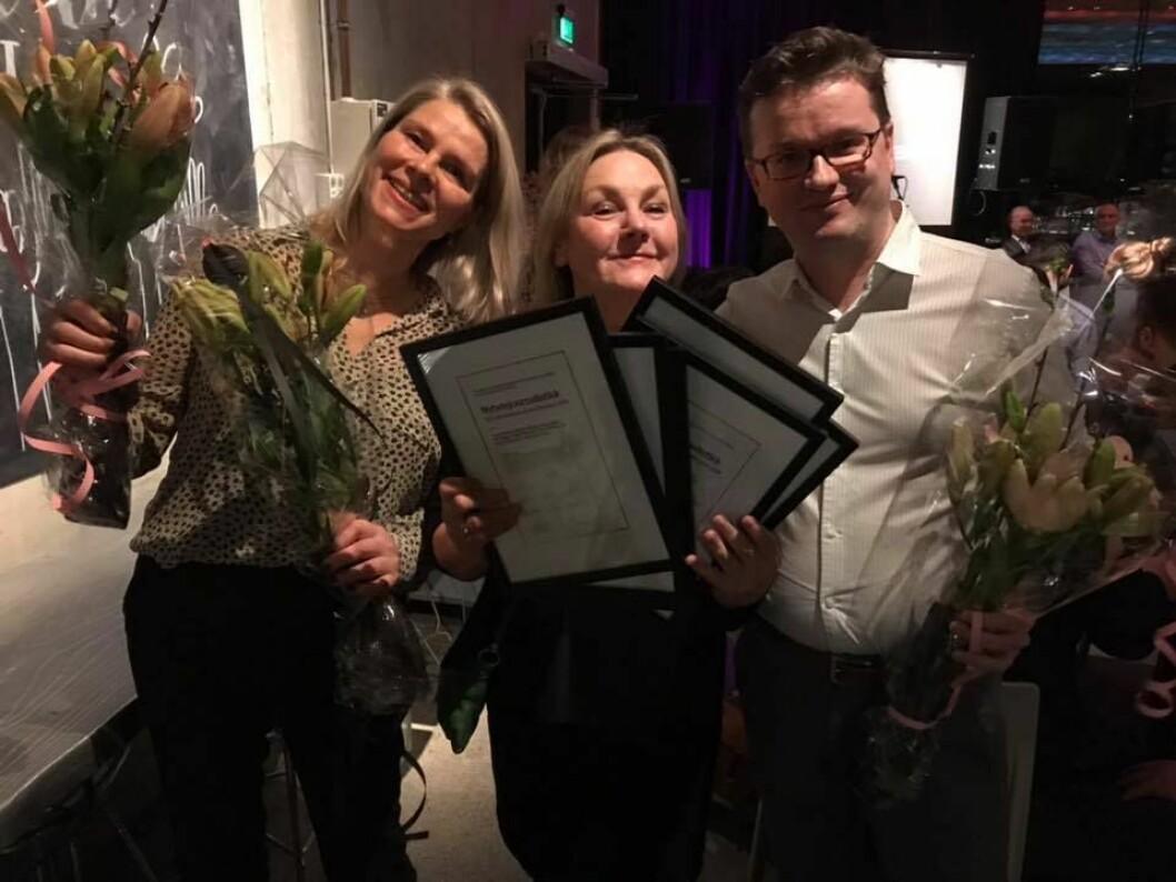 Journalister i Adresseavisen feirer at de vant prisen for nyhetsjournalistikk. Fra venstre: Ingrid Meisingset, Grete Holstad og Espen Rasmussen.