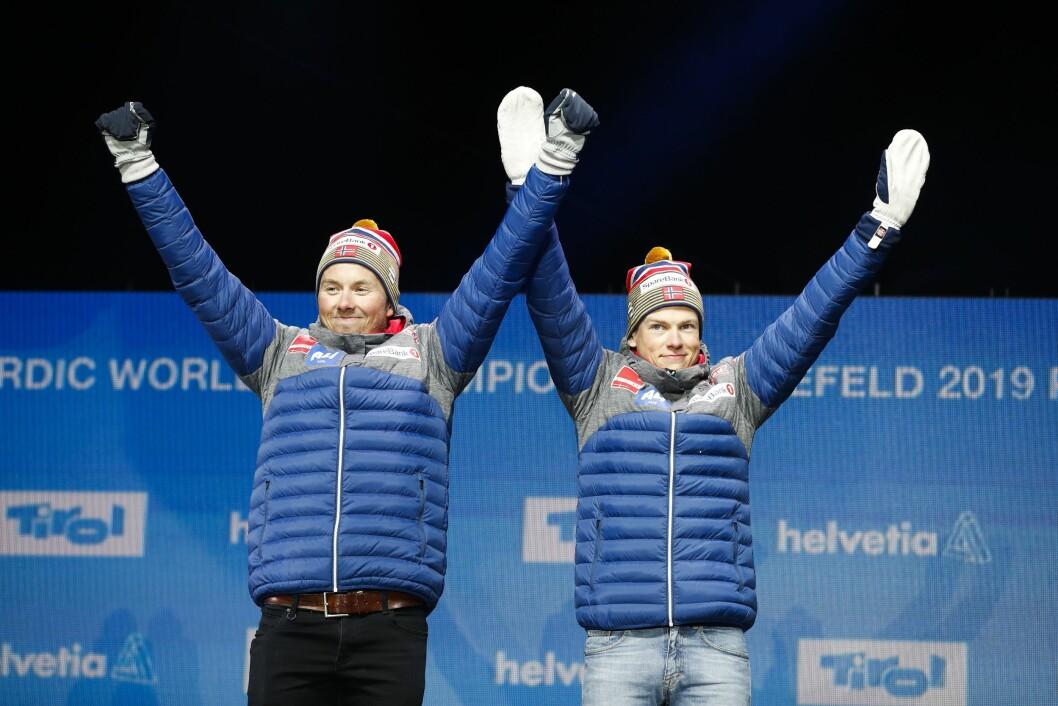 Emil Iversen og Johannes Høstflot Klæbo på podiet under medaljeseremonien etter langrenn lagsprint for menn i ski-VM i Seefeld.