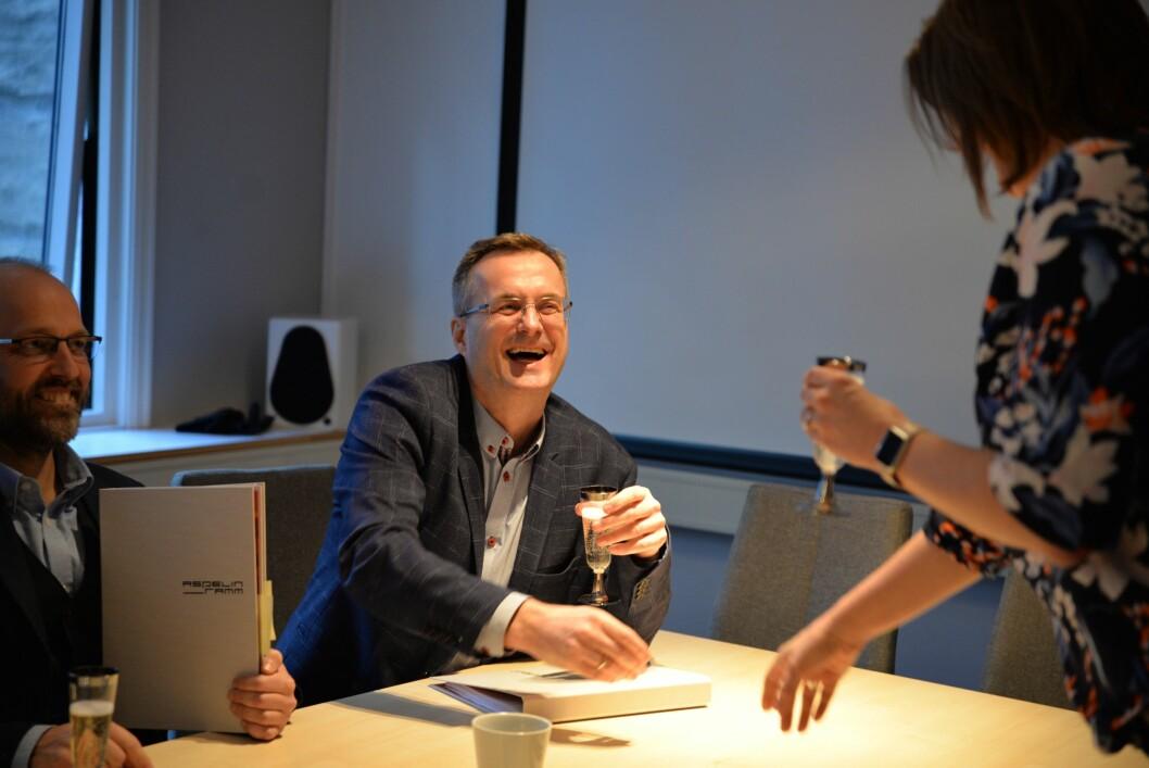 Per Brikt Olsen i Fagpressen smiler etter at kontrakten er signert.