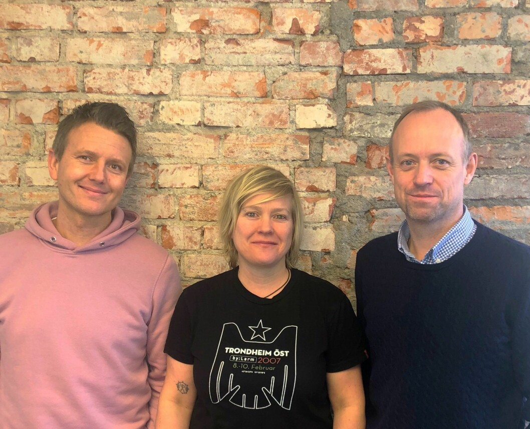 Silje Grønli sier hun sier hun er glad for å få være med på å bygge opp PR- og innholdssatsningen i Nova Vista. Til høyre Petter Gjelsnes, og til venstre er Stig Ove Gulbrandsen.