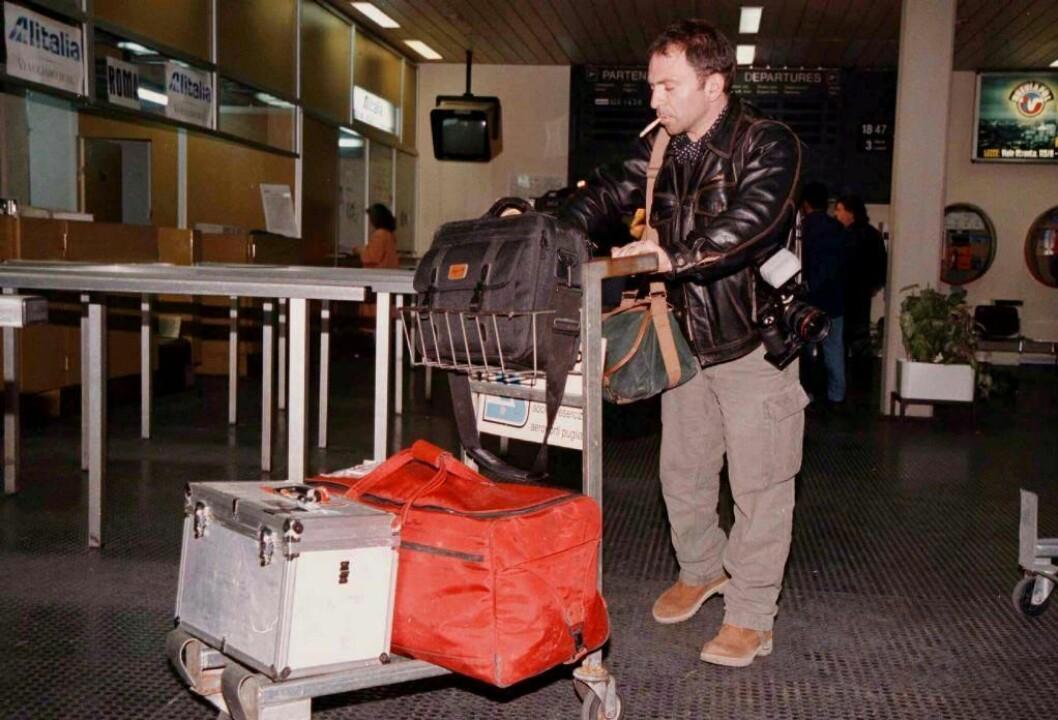 1997: Reuters-fotograf Yannis Behrakis måtte evakueres fra Albania. Her er han ved ankomsten til flyplassen i Brindisi i Italia. Pressen blir kraftig sensurert i Albania, og det albanske politiet har trakassert journalister fysisk. Scan-Foto/EPA: Dario Caricato