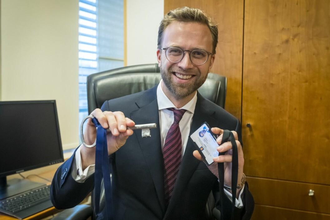 Digitaliseringsminister Nikolai Astrup (H) viser frem nøklene sine etter nøkkeloverrekkelsen i Kommunal- og moderniseringsdepartementet.Foto: Heiko Junge / NTB scanpix