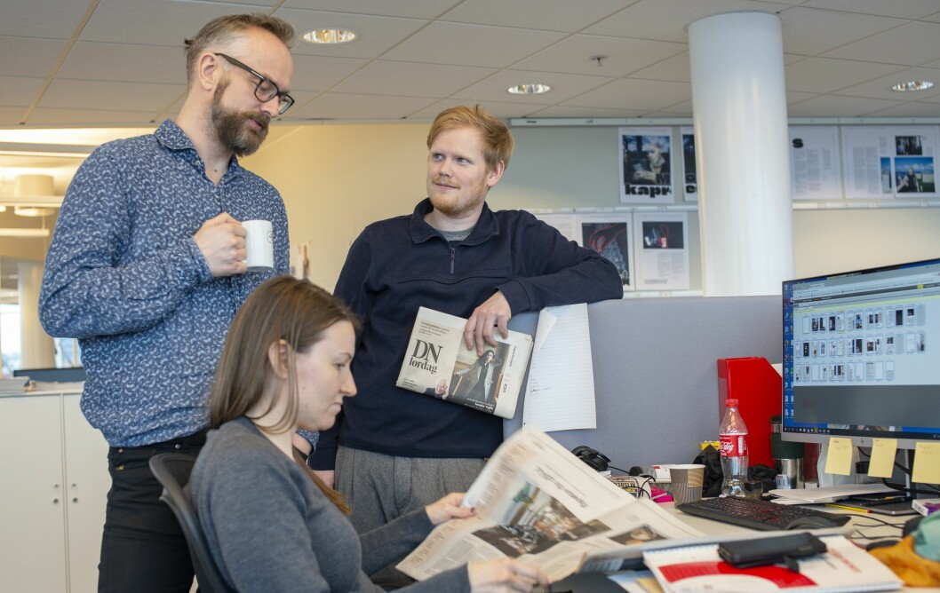 Redaksjonssjef Frode Frøyland, designer Jørgen Brynhildsvoll og vaktsjef Gøril Sæther leser i et rykende fersk prøvetrykk av den nye lørdagsutgaven til DN.