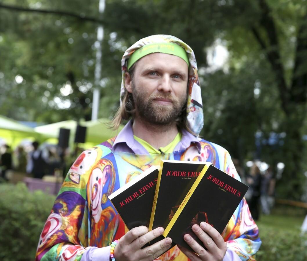 Aschehoug forlag arrangerte sitt årlige hageselskap. Aune Sand var en av gjestene - her med boka «Jordbærmus». Foto: Terje Pedersen / NTB scanpix